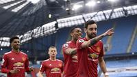 Gelandang Manchester United atau MU Bruno Fernandes dan rekan-rekannya merayakan gol ke gawang Manchester City dalam lanjutan Liga Inggris di Etihad Stadium, Minggu (7/3/2021). (Laurence Griffiths/Pool via AP)