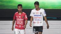 Pemain Bali United, Muhammad Taufiq dan Made Andhika memperkenalkan jersey baru saat peluncuran Liga 1 Indonesia 2018 di Studio 5 Indosiar, Jakarta, Senin (19/3/2018). Liga 1 akan mulai digelar pada Jumat (23/3). (Bola.com/Vitalis Yogi Trisna)