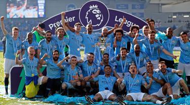 Para pemain Manchester City berpose dengan trofi Liga Inggris usai mengalahkan Brighton di Stadion AMEX, Brighton, Inggris, Minggu (12/5). The Citizens menjadi yang terbaik di musim 2018-2019 setelah memenangi duel sengit dengan Liverpool hingga pekan terakhir. (AP Photo/Frank Augstein)