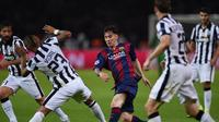 Lionel Messi berusaha melewati hadangan pemain Juventus di laga final Liga Champions 2014-2015 di Olympiastadion, Berlin, Minggu (7/6/2015). Barcelona keluar sebagai pemenang dengan skor 3-1. (AFP Photo/Patrik Stollarz)