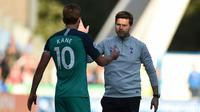 Harry Kane dan Mauricio Pochettino setelah laga Tottenham Hotspur kontra Huddersfield Town(29/9/2018). (AFP/Oli Scarff)