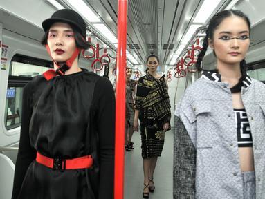 Model berpose saat memeragakan busana pada acara Jakarta Fashion & Food Festival (JFFF) 2019 di gerbong Light Rail Transit (LRT) Jakarta rute Stasiun Velodrome-Stasiun Boulevard Utara, Jakarta, Selasa (13/8/2019). Acara ini menampilkan 16 koleksi busana. (merdeka.com/Iqbal Nugroho)