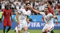 Striker Iran, Karim Ansarifard, saat selebrasi seusai mencetak gol melawan Portugal di Piala Dunia 2018. (AFP/Filippo Monteforte)