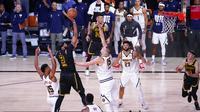 Pebasket Los Angeles Lakers, Anthony Davis, berusaha memasukkan bola saat melawan Denver Nuggets pada gim kedua final wilayah barat Playoff NBA 2020, Senin (21/9/2020). Lakers menang dengan skor 105-103. (AP/Mark J. Terrill)