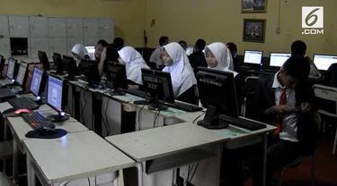 Proses ujian nasional berbasis komputer, UNBK, di Palembang hari pertama menghadapi kendala server pusat tidak menyambung ke sistem komputerisasi di ruang ujian siswa, sehingga siswa resah karena belum bisa mengerjakan soal ujiannya.