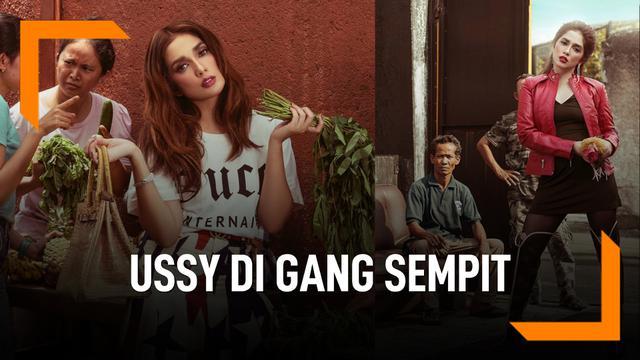 Gaya Foto Ussy Pakai Barang Branded Di Gang Sempit
