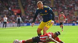 Pada menit ke-13 Paul Pogba lagi-lagi memperoleh peluang untuk mencetak gol. Diawali dari tendangan bebas Luke Shaw, sundulan yang dilepaskan Paul Pogba masih melambung jauh dari gawang Southampton. (Foto: AFP/Glyn Kirk)