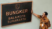 Wali Kota Solo, FX Hadi Rudyatmo sedang mengecek papan nama bungker.(Liputan6.com/Fajar Abrori)