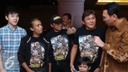 Gubernur DKI Jakarta Basuki T Purnama alias Ahok  berbincang dengan para pemain film Comic 8 di Djakarta Theatre, Jakarta, Jumat (18/3). Film comic 8  tersebut menembus lebih dari satu juta penonton. (Liputan6.com/Herman Zakharia)