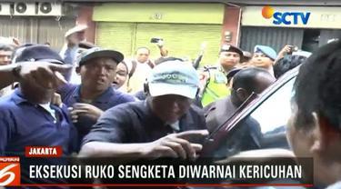 Petugas juru sita Pengadilan Negeri Jakarta Pusat, yang ingin mengeksekusi ruko dihadang massa tergugat.