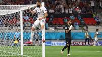Keunggulan Portugal tak bertahan lama ketika Prancis juga mendapatkan hadiah pinalti akibat Smedo dianggap menjatuhkan Mbappe di menit ke-45. Karim Benzema maju menjadi eksekutor dan berhasil mengecoh Rui Patricio. Skor berubah menjadi 1-1 hingga akhir babak pertama. (Foto: AFP/Pool/Bernadett Szabo)