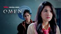 Cut Syifa memerankan karakter kembar Erika dan Eliza di Vidio original series Omen. (credit: Vidio)