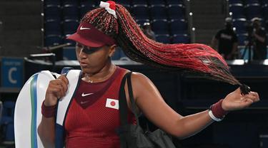 Petenis nomor dua dunia sekaligus pembawa obor pada pembukaan Olimpiade Tokyo 2020, Naomi Osaka terglincir di pertandingan ketiganya ketika melawan Marketa Vondrousova dari Republik Ceska. (Foto: AFP/Tiziana Fabi)