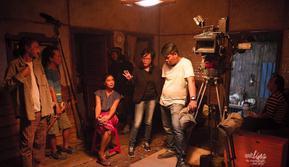 Mouly Surya saat mengarahkan film Marlina si Pembunuh dalam Empat Babak (Instagram/moulysurya)