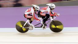 Pebalap sepeda Indonesia, Sri Sugiyanti dan Ni'mal Maghfiroh, saat beraksi pada Asian Para Games di Velodrome, Jakarta, Kamis (11/10/2018). Pasangan Indonesia ini meraih medali perak di nomor trek Individual Pursuit B putri. (Bola.com/M Iqbal Ichsan)
