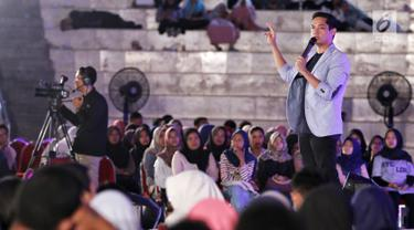 Creativepreneur yang juga aktor Dude Harlino saat menjadi pembicara dalam Emtek Goes To Campus (EGTC) 2018 di Universitas Muhammadiyah Malang, Rabu (26/9). Dude menceritakan perjalanan hidupnya sebelum menjadi aktor sukses. (Liputan6.com/JohanTallo)