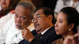 Jaksa Agung HM Prasetyo (tengah) berbincang dengan Menteri PUPR Basuki Hadimuljono (kiri) saat menghadiri penandatanganan nota kesepahaman di Jakarta, Kamis (1/3). (Liputan6.com/JohanTallo)