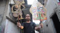 Kiagus Wirawan Rusdi, satu-satunya dalang Wayang Palembang menunjukkan koleksi wayangnya (Liputan6.com / Nefri Inge)