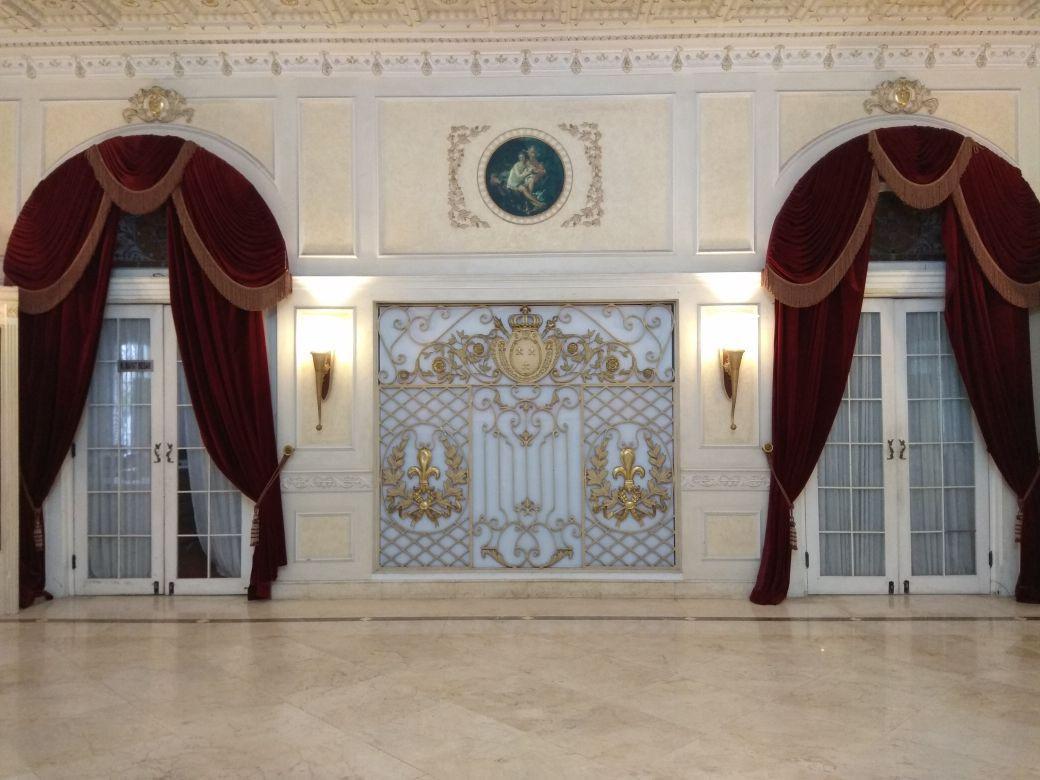 Bagian belakang, dengan dua pintu keluar masuk di sisi kanan dan kiri. Keberadaan lukisan dalam lingkaran, menambah kesan horor. (foto: Liputan6.com/edhie prayitno ige)