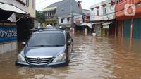 Sebuah mobil terendam banjir di perumahan Ciledug Indah, Tangerang, Rabu (1/1/2020). Banjir setinggi dada orang dewasa terjadi akibat meluapnya kali angke. (Liputan6.com/Angga Yuniar)