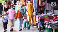 Warga mengunjungi kawasan Tanah Abang, Jakarta, Jumat (29/1/2021). Pemerintah telah menyiapkan dana Rp372,3 triliun untuk mendukung Pemulihan Ekonomi Nasional (PEN) serta menyiapkan berbagai program kerja dan kebijakan. (Liputan6.com/Angga Yuniar)