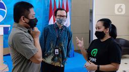 Chief of Public Policy and Gov. Relations Gojek Shinto Nugroho berbincang dengan Dirut Telkom Ririek Adriansyah usai konpers kolaborasi Gojek dan Kemkominfo di Jakarta (30/6/2020). Kini aplikasi PeduliLindungi yang digagas Kemkominfo dapat diakses melalui aplikasi Gojek. (Liputan6.com/HO/Syam)