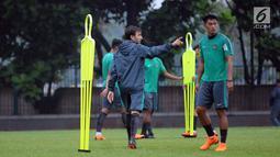 Pelatih Timnas Indonesia, Luis Milla (kiri) memberi arahan latihan pada timnya di Lapangan A Kompleks GBK, Jakarta, Rabu (25/4). Latihan ini persiapan jelang laga PSSI Anniversary Cup dan Asian Games 2018. (Liputan6.com/Helmi Fithriansyah)