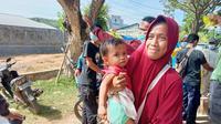 Hingga hari ke-6 usai gempa Mamuju, perlengkapan bayi masih menjadi kebutuhan yang sulit didapat pengungsi. (Liputan6.com/Heri Susanto)