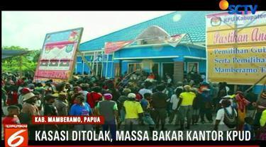 Massa kecewa karena gugatan kasasi atas surat keputusan KPUD Mamberamo yang tidak meloloskan pasangan Itaman Kago - Oni Pagawak.