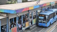 Calon penumpang menunggu bus Transjakarta di halte Tosari, MH Thamrin, Jakarta, Kamis (26/7). Gubernur DKI Jakarta Anies Baswedan mengklaim jumlah penumpang Transjakarta meningkat hingga 10 persen. (Merdeka.com/Iqbal S. Nugroho)