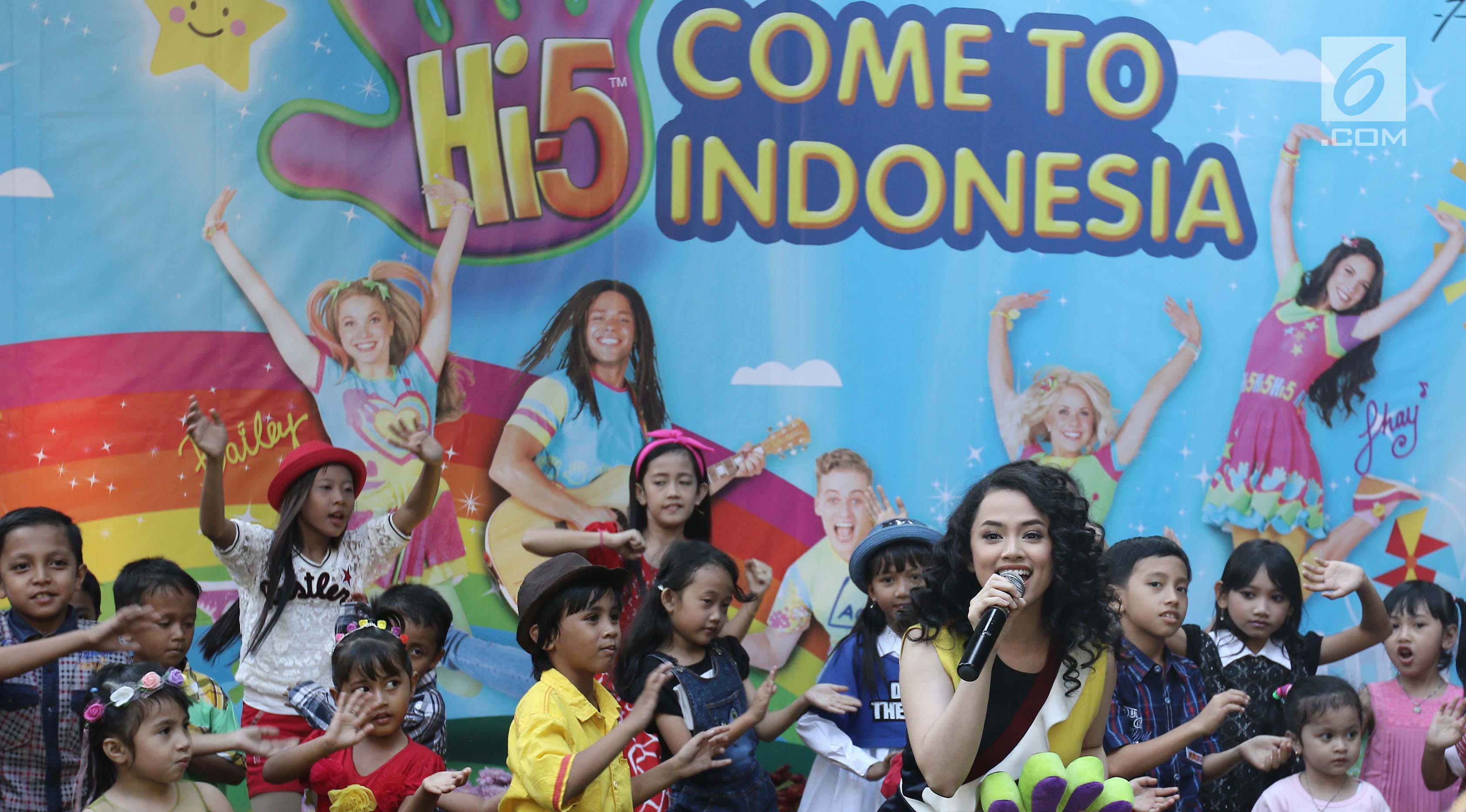 Penyanyi Wizzy saat membawakan soundtrack Hi-5 saat kerjasama PT Falcon dengan Hi-5 operation Pte Ltd di kawasan Duren Tiga, Jakarta, Rabu (23/08). (Liputan6.com/Herman Zakharia)