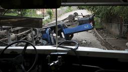 Tampak dari kaca mobil yang hancur akibat bentrokan yang terjadi antara pengunjuk rasa dan polisi di Nikaragua, Kamis (8/10/2015).Bentrokan dipicu sengketa operasi tambang emas yang dimiliki oleh Kanada B2Gold Corp. (REUTERS/Oswaldo Rivas)