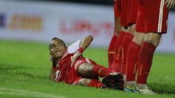 Sang winger Riko Simanjuntak melakukan aksi yang nyeleneh yaitu dengan menjadi pagar betis tidur. (Bola.com/M Iqbal Ichsan)