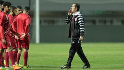 Pelatih Bahrain, Sammir Chamman memberikan arahan kepada timnya saat uji coba lapangan di Stadion Pakansari, Bogor, (26/4/2018). Bahrain tampil dengan pemain muda pada PSSI Anniversarry Cup 2018 . (Bola.com/Nick Hanoatubun)