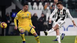 Striker Juventus, Paulo Dybala, menendang bola ke gawang Frosinone pada laga Serie A di Stadion Allianz, Turin, Jumat (15/2). Juventus menang 3-0 atas Frosinone. (AFP/Marco Bertorello)