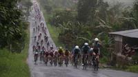 Sebanyak 107 pembalap dari 20 tim mengawali etape I Tour de Singkarak 2018, Minggu (4/11/2018) pagi WIB. (dok. Tour de Singkarak)