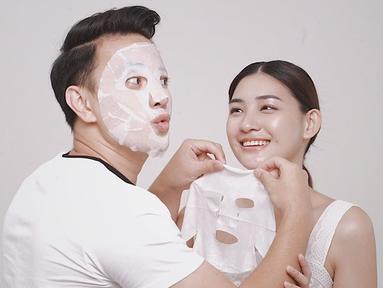 Selain romantis pasangan selebritis berdarah Tionghoa ini juga sering membagikan momen manis keduanya di media sosial. Bahkan gaya pacaran mereka enggak membosankan karena Billy dan Patricia kerap melakukan hal kecil bersama. Salah satunya kompak memakai masker.(Liputan6.com/IG/@billydavidson_)