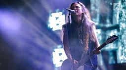 Aksi panggung vokalis band Koil dalam acara Synchronize Festival dikawasan Jiexpo, Jakarta, Jumat (5/10). Dalam penampilannya mereka membawakan lagu-lagu andalanya seperti 'Aku lupa aku luka','Kenyataan dalam dunia fantasi'. (Liputan6.com/Faizal Fanani)