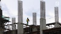 Seorang pekerja berjalan di atas bangunan gedung yang dalam tahap penyelesaian di Jakarta, Jumat (26/1). Jumlah tenaga kerja konstruksi yang tersertifikasi saat ini di bawah 10% atau hanya 720.000 dari 8,10 juta tenaga kerja. (Liputan6.com/Angga Yuniar)