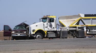 Sebuah truk yang menabrak mobil SUV di Holtville, California (2/3/2021). Pihak berwenang mengatakan sebuah truk semi menabrak sebuah SUV yang membawa 25 orang di jalan raya California Selatan, menewaskan sedikitnya 13 orang. (AP Photo/Gregory Bull)