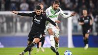 Pemain Sassuolo, Domenico Berardi (kanan) berebut bola dengan striker Juventus (Alvaro Morata) dalam lanjutan Liga Italia Serie A, Kamis (28/10/2021) dini hari WIB. (Fabio Ferrari /LaPresse via AP)