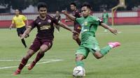Gelandang Bhayangkara FC, Andik Vermansah, dihadang bek PSM Makassar, Asnawi Mangkualam, pada laga uji coba di Stadion PTIK, Jakarta, Rabu, (5/2/2020). Bhayangkara FC takluk 0-1 dari PSM Makassar. (Bola.com/M Iqbal Ichsan)