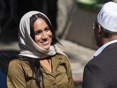 Duchess of Sussex Meghan Markle berbincang dengan seorang pria saat mengunjungi Masjid Auwal, Cape Town, Afrika Selatan (24/9/2019). Meghan tampil cantik berkerudung saat mengunjungi masjid pertama dan tertua di Afrika Selatan tersebut. (AFP Photo/David Harrison)