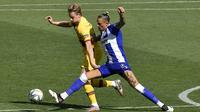 Pemain Alaves Ljubomir Fejsa (kanan) berebut bola dengan pemain Barcelona Frenkie de Jong pada pertandingan La Liga di Stadion Mendizorroza, Vitoria, Spanyol, Minggu (19/7/2020). Barcelona menang 5-0. (AP Photo/Alvaro Barrientos)