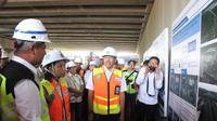 Menteri BUMN Rini Soemarno meninjau proyek pembangunan yang tengah berlangsung di Bandara Internasional Soekarno Hatta (Soetta). Liputan6.com/Pramita