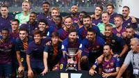 Pemain Barcelona berpose bersama trofi setelah berhasil mengalahkan Sevilla dalam pertandingan Piala Super Spanyol di Tangier, Maroko, (13/8). Barcelona berhasil mengalahkan Sevilla dengan skor 2-1. (AP Photo/Mosa'ab Elshamy)