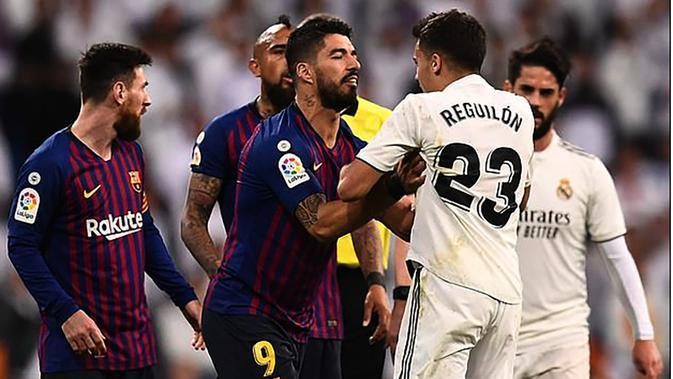 Penyerang Barcelona, Luis Suarez terlibat pertengkaran dengan bek Real Madrid, Sergio Reguilon, dalam duel El Clasico yang dihelat di Santiago Bernabeu, Minggu (3/3/2019). (AFP)