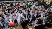 Sejumlah Guru honorer Kategori 2 beristigosah saat menggelar aksi di depan gedung MPR/DPR, Jakarta, Senin (23/7). Aksi ini digelar di tengah pejabat sedang melakukan rapat gabungan lanjutan bersama lintas kementerian. (Liputan6.com/JohanTallo)