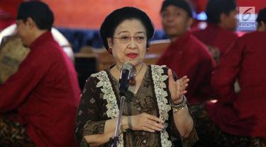 Megawati Soekarnoputri mengenakan baju batik