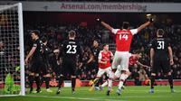 Pemain Arsenal,  Sokratis Papastathopoulos, merayakan golnya ke gawang Manchester United pada lanjutan Premier League di Stadion Emirates, Kamis (2/1/2020) dini hari WIB. (AFP/Ben Stansall)
